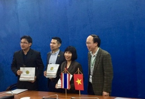 Assoc. Prof. Dr. Nguyen Hoang Anh presented a souvenir to the delegation of KMUTT, Thailand