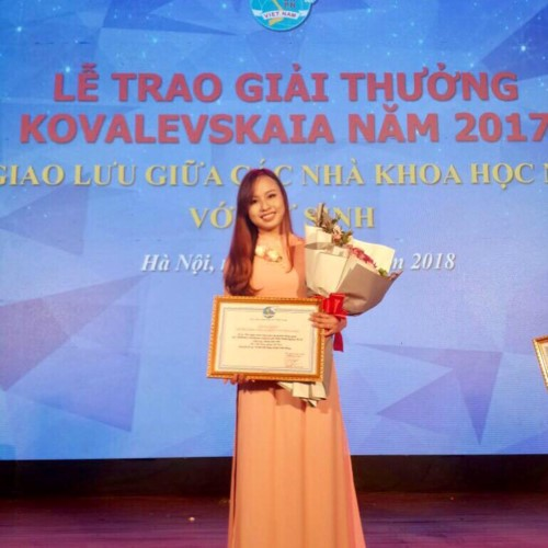 Vu Anh Phuong receiving the certificate and sponsorship from Kovalevskaia from the Vietnam Women's Union for her scientific research as a third-year student.