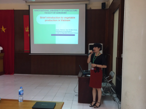 Assoc. Prof. Dr. Tran Thi Minh Hang presents the overview of vegetable production in Vietnam - Challenges and opportunities.