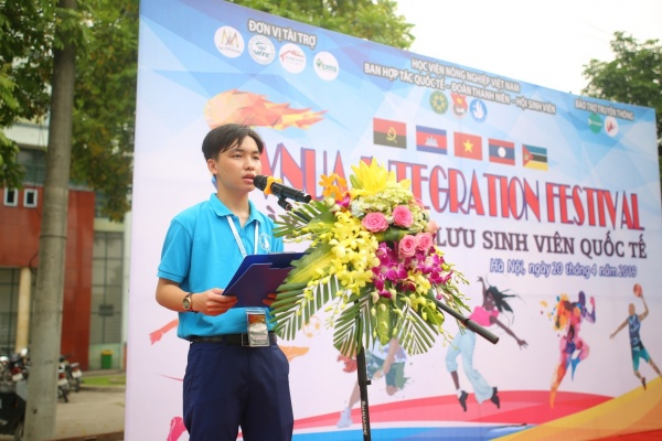 Mr. Tran Tien Dung – Vice Chairman of the University Student Association delivers the opening speech at the event