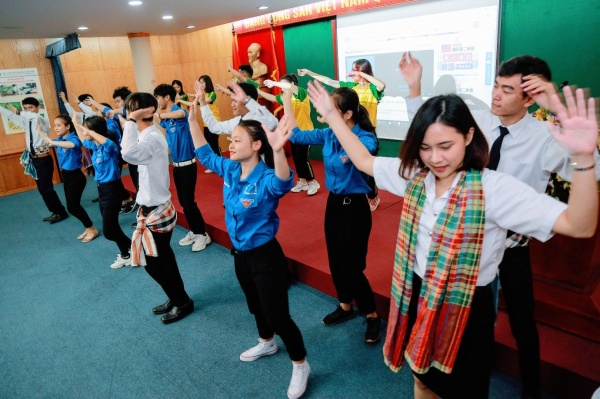 Flash-mode dance by students of two universities