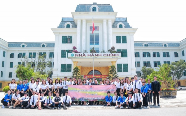 The delegation of Khon Kaen University and VNUA's students in front of the Administration Building of VNUA