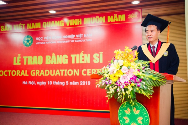New doctorate Kim Sun Ho, the first Korean earning a doctoral degree at Vietnam National University of Agriculture, speaks at the ceremony