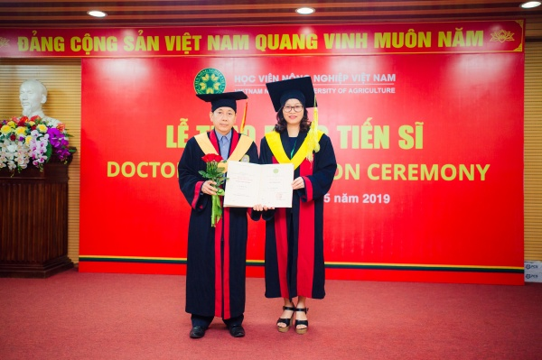 Prof. Dr. Nguyen Thi Lan awards the doctorate degrees of Vietnam National University of Agriculture to new PhD recipients