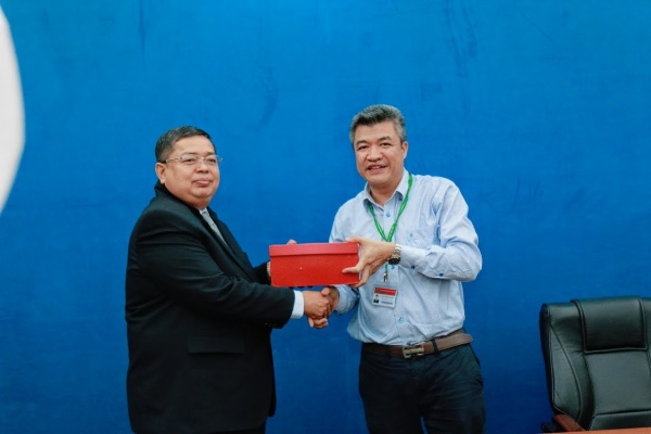 Prof. Dr. Pham Van Cuong gives VNUA's souvenir to the representative leaders of the Federation