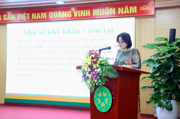 Dr. Le Huynh Thanh Phuong delivers the summary report of science and technology activities.