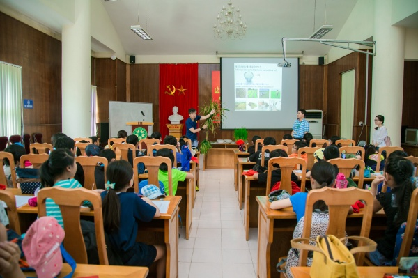 Students of the Japanese School of Hanoi are listening to an introduction on rice plant
