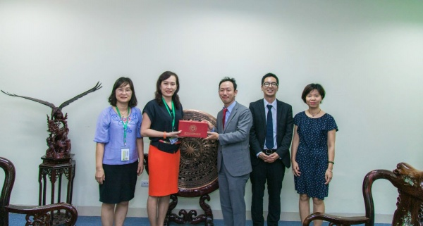 VNUA's representative gives souvenirs to the delegation of AEON 1% Club