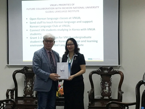 Representative leader of Global Language Institute gives  INU's souvenir to Prof. Dr. Nguyen Thi Lan