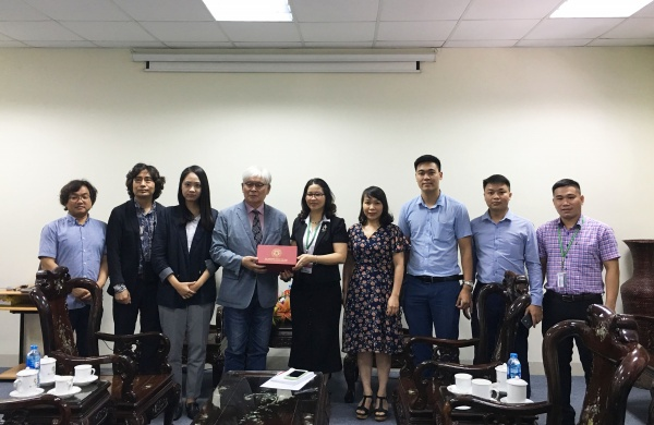 VNUA presents token to the delegation of INU's Global Language Institute