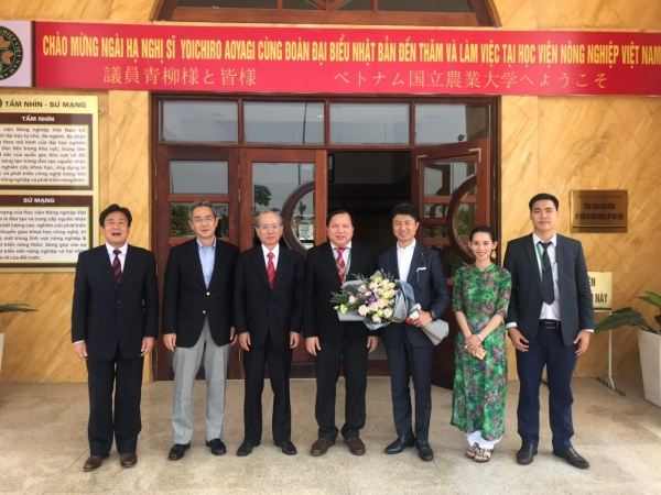 Japanese delegation in a photo with Dr. Vu Ngoc Huyen
