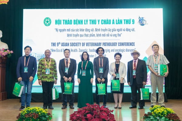Prof. Dr Nguyen Thi Lan presents tokens to representatives of member countries of the Asian Society of Veterinary Pathology.