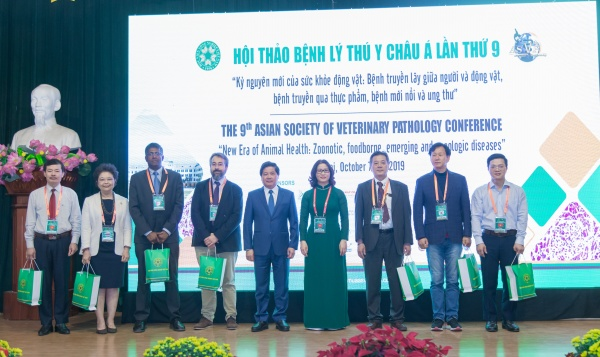 Deputy Minister of MARD, Mr. Le Quoc Doanh, President Nguyen Thi Lan and speakers of the Conference