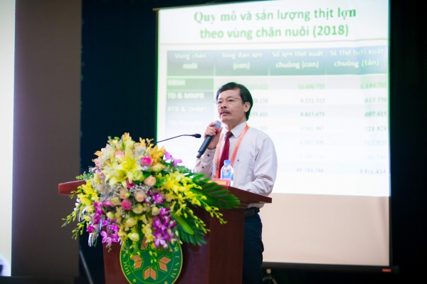Mr. Nguyen Xuan Duong - Directorate of the Department of Livestock presents the report