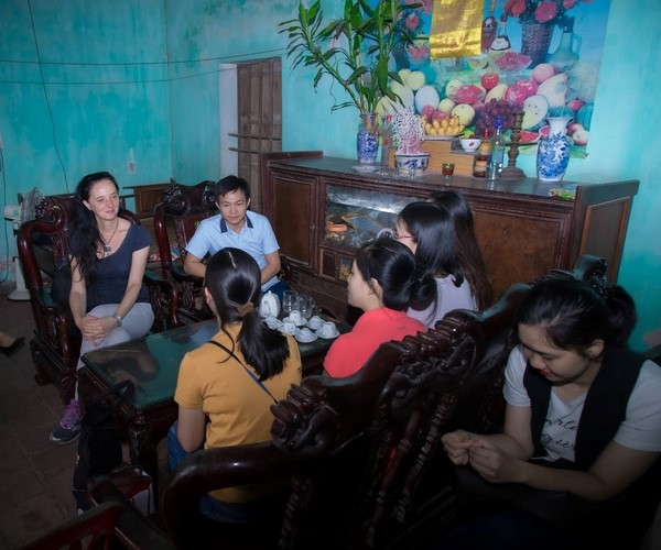 Participants on their field trip to a household in Bac Ninh province