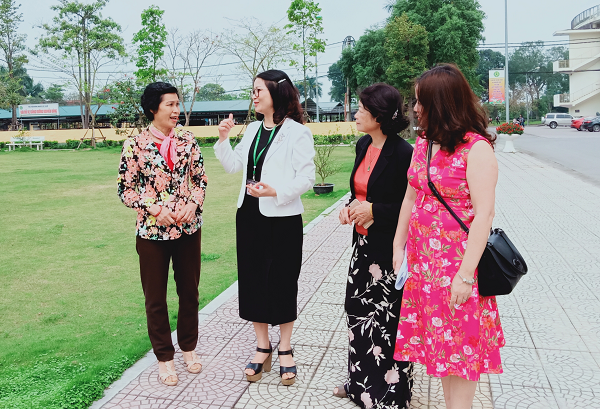 Prof. Dr. Nguyen Thi Lan (second from the left) is exchanging and sharing experiences with journalists.